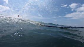 Den amatörmässiga surfaren rider vågen stock video