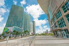 Den American Airlines arenan och skyskraporna i i stadens centrum Miami Royaltyfri Fotografi