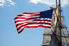 den amerikanska örnen flyger den högväxt gammala shipen för härlighet Royaltyfria Bilder