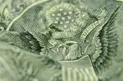 Den amerikanska örnen vänder om på av US dollarräkning royaltyfria foton