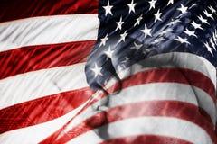 den amerikanska blandade flaggan hands att be för bild Arkivbilder