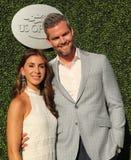 Den amerikanska fastighetaffärsbiträde- och verklighettelevisionstjärnan Ryan Serhant R och Emilia Bechrakis deltar i den US Open arkivfoton