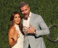 Den amerikanska fastighetaffärsbiträde- och verklighettelevisionstjärnan Ryan Serhant R och Emilia Bechrakis deltar i den US Open royaltyfria foton