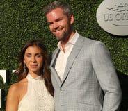 Den amerikanska fastighetaffärsbiträde- och verklighettelevisionstjärnan Ryan Serhant R och Emilia Bechrakis deltar i den US Open royaltyfri bild