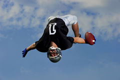 Den amerikanska fotbollsspelaren firar med en backflip Royaltyfri Fotografi