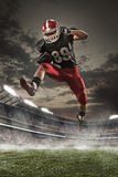 Den amerikanska fotbollsspelaren i handling Arkivbilder