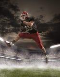 Den amerikanska fotbollsspelaren i handling Arkivbild
