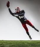 Den amerikanska fotbollsspelaren i handling Royaltyfri Foto