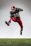 Den amerikanska fotbollsspelaren i handling Arkivfoto