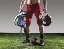 Den amerikanska fotbollsspelaren med bollen Royaltyfria Foton