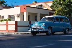 Den amerikanska klassiska bilen drived på gatan till och med den Varadero Kuban royaltyfria bilder
