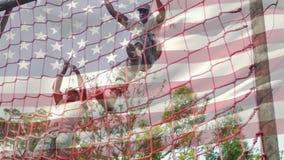 Den amerikanska soldaten som klättrar en last, förtjänar stock video
