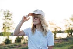 Den amerikanska tonåringen spenderar afton i gård Royaltyfria Bilder