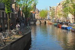 Den Amsterdam kanalen går arkivbild