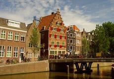 den amsterdam kanalen houses Nederländerna Arkivfoton
