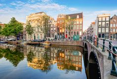 Den Amsterdam kanalen inhyser vibrerande reflexioner, Nederländerna, panora royaltyfria bilder