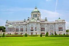 Den Ananta Samakhom biskopsstolen Hall i den thailändska kungliga Dusit slotten Royaltyfri Bild