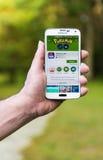 Den Android användaren som förbereder sig att installera Pokemon, går Arkivbild