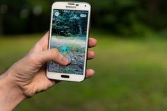 Den Android användaren som spelar Pokemon, går Royaltyfri Foto