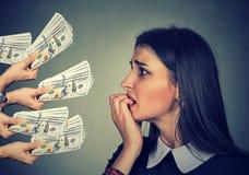 Den angelägna kvinnan som ser pengardollar, erbjöd vid misstänkta personer royaltyfria bilder