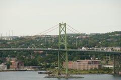 den angus bron förbinder dartmouth december halifax l scotiaen för reflexioner för macdonaldnattnovaen som tas till vatten Macdon Royaltyfri Bild