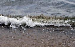 Den annalkande vågen ger mycket sprej Fotografering för Bildbyråer