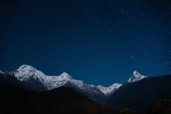 Den Annapurna massiven på natten Arkivfoton