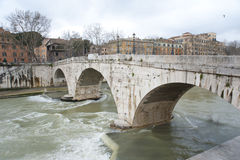 Den anscient bron över den Tibre floden. Arkivbild