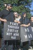 Den Anti-war personen som protesterar i svart marsch på samlar, Washington D C Arkivfoton