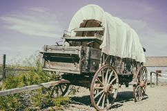Den antika amerikanska vagnen i gammal västra stad fotografering för bildbyråer