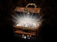 Den antika bröstkorgen av piratkopierar skatten Royaltyfri Bild
