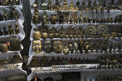 Den antika Brasswares souvenir shoppar på gator i Myanmar Arkivfoto