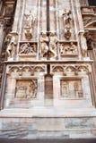 Den antika fasaden med statyer och prydnader gjorde ‹för †av stenen Royaltyfri Fotografi