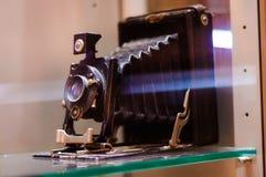 Den antika fotografikameran i museum ställer ut Royaltyfria Foton