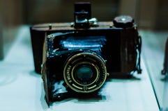 Den antika fotografikameran i museum ställer ut Royaltyfri Foto
