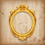 Den antika guld- ramen på träväggen Royaltyfria Foton
