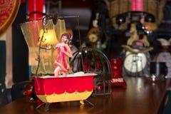 Den antika leksaken från 1950 och att bada kvinnan på badar diagramet royaltyfri fotografi