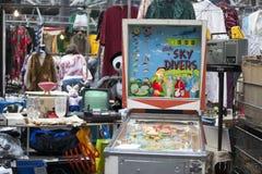 Den antika marknaden i den Spitalfields marknaden rymms traditionellt på torsdagar Arkivbild