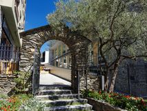 Den antika porten i Andorra royaltyfri bild