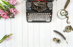 Den antika skrivmaskinen blommar tappningkontorshjälpmedel Arkivfoton