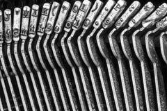 Den antika skrivmaskinen som visar traditionella Typebars, VÄNDE OM VII Fotografering för Bildbyråer