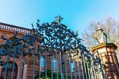 Den antika smidesjärnporten på Heylshofen avmaskar in, Tyskland royaltyfria foton