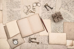 Den antika tillbehören, öppnar boken och gamla handskrivna brev Royaltyfri Bild