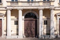 Den antika ytterdörren med antika poler Arkivbilder