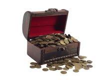 den antikvariska bröstkorgen coins trä royaltyfria foton