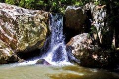 Den applådera floden Blavet som dråsar över stenblocken av klyftorna du Blavet Royaltyfri Bild