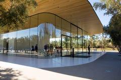 Den Apple besökaremitten, 1 Apple parkerar vägen, San Jose, Kalifornien, USA - Januari 30, 2017: Gäster på besökaremitten arkivbilder