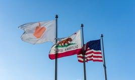 Den Apple flaggan i Apple förlägger högkvarter på den oändliga öglan i Cupertino Royaltyfri Fotografi