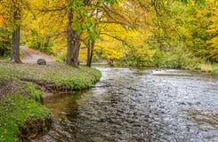 Den Apple floden i höst i Wisconsin arkivbilder