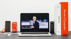 Den Apple grundtanken med Tim Cook farvälhänder avslutar grundtanke Arkivfoto